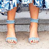 Máximas Denim-Heels sind ein absoluter Hingucker, finden Sie nicht? Durch ihre Schuhwahl lockert sie ihren Dinnerlook gekonnt auf. Die rot lackierten Fußnägel sorgen für einen zusätzlichen Kontrast.