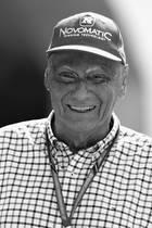 20. Mai 2019: Niki Lauda (70 Jahre)  Niki Lauda zählte zu den ganz Großen der Formel-1-Geschichte: Dreimal holte er sich den WM-Titel, überlebte1976 seinen Horror-Unfall auf dem Nürburgring und kämpfte sich danach entschlossen zurück ins Leben. Nun ist der Österreicher nach Angaben derFluggesellschaft Laudamotion im Alter von 70 Jahren im Kreise seiner Familie friedlich eingeschlafen.