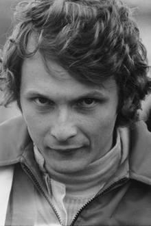 Niki Lauda wird am 22. Februar 1949in Wien geboren. Mit 15 Jahren kauft sich der Sohn wohlhabender Eltern sein erstes Auto, einen VW Käfer. Sein Wunsch,Rennfahrer zu werden, führt zum Zerwürfnis mit der Familie. Als 19-Jähriger fährt Lauda sein erstes Rennen - mit einem Mini Cooper. Er belegt auf Anhieb den zweiten Platz. 1971 startet er beim Großen Preis von Österreich erstmals in der Formel 1.