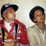 Nur 42 Tage nach dem Crash fährt Lauda schon wieder sein nächstes Rennen: den Großen Preis von Italien. An seiner Seite ist seine erste Ehefrau Marlene. Das Paar heiratet 1976 und bekommt zwei Söhne: Lukas und Mathias. 1981 wird die Ehe geschieden.