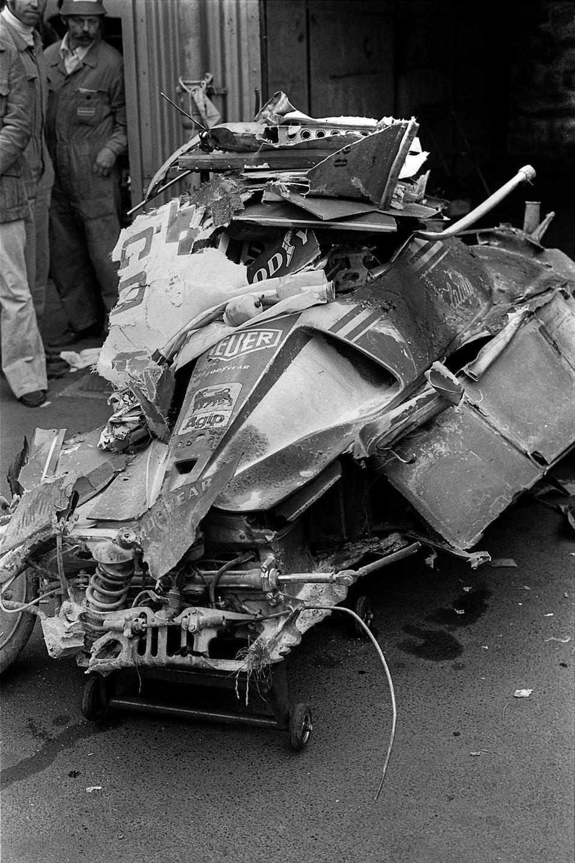 Am 1. August 1976 ereignet sich beim Großen Preis von Deutschland auf dem Nürburgring der Horrorunfall, der das Leben von Niki Lauda für immer verändern sollte. Auf regennasser Strecke verliert Lauda die Kontrolle über seinen Ferrari. Der Wagen prallt gegen eine Felswand, wird dieFahrbahn entlanggeschleudert und geht in Flammen auf. Lauda, der zeitweise das Bewusstsein verliert, kann aus dem brennenden Auto gerettet werden. Er erleidet schwerste Verbrennungen und Gesichtsverletzungen. Der Bolide wird völlig zerstört.