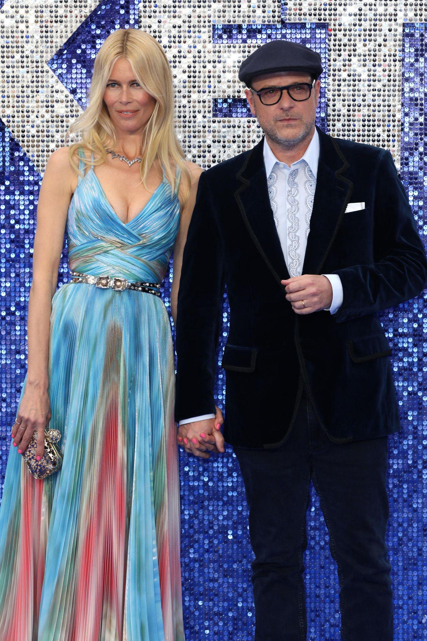 Bei der Premiere von Rocketman im Odeon Luxe,London, erscheint Claudia Schiffer im Regenbogenkleid. Die bunte Robe betont dieschmale Taille der 48-Jährigen und stellt ihren Ausschnitt in den Vordergrund. Diese Wow-Frau hältMatthew Vaughnlieber ganz fest bei der Hand.
