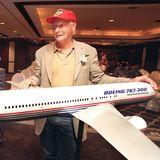 Der passionierte Pilot und Flugzeugfan posiert 1999 in Bangkok mit dem Modell einer Boeing.Acht Jahre zuvor war esbeimLauda-Air-Flug 004zu einem schweren Unfall mit 223 Todesopfern gekommen, als eineBoeing 767 auf dem Weg nach WieninThailandabstürzte.