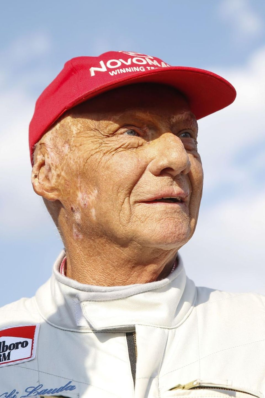 Infolge einer schweren Lungenerkrankung müssen Niki Lauda 2018 beide Lungenflügel transplantiert werden. Am 20. Mai 2019 stirbt er im Kreise seiner Familie.