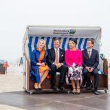 20. Mai 2019  Königin Máxima und König Willem-Alexander behaupten sich als royale Strandkorbtester am Strand vonWarnemünde.