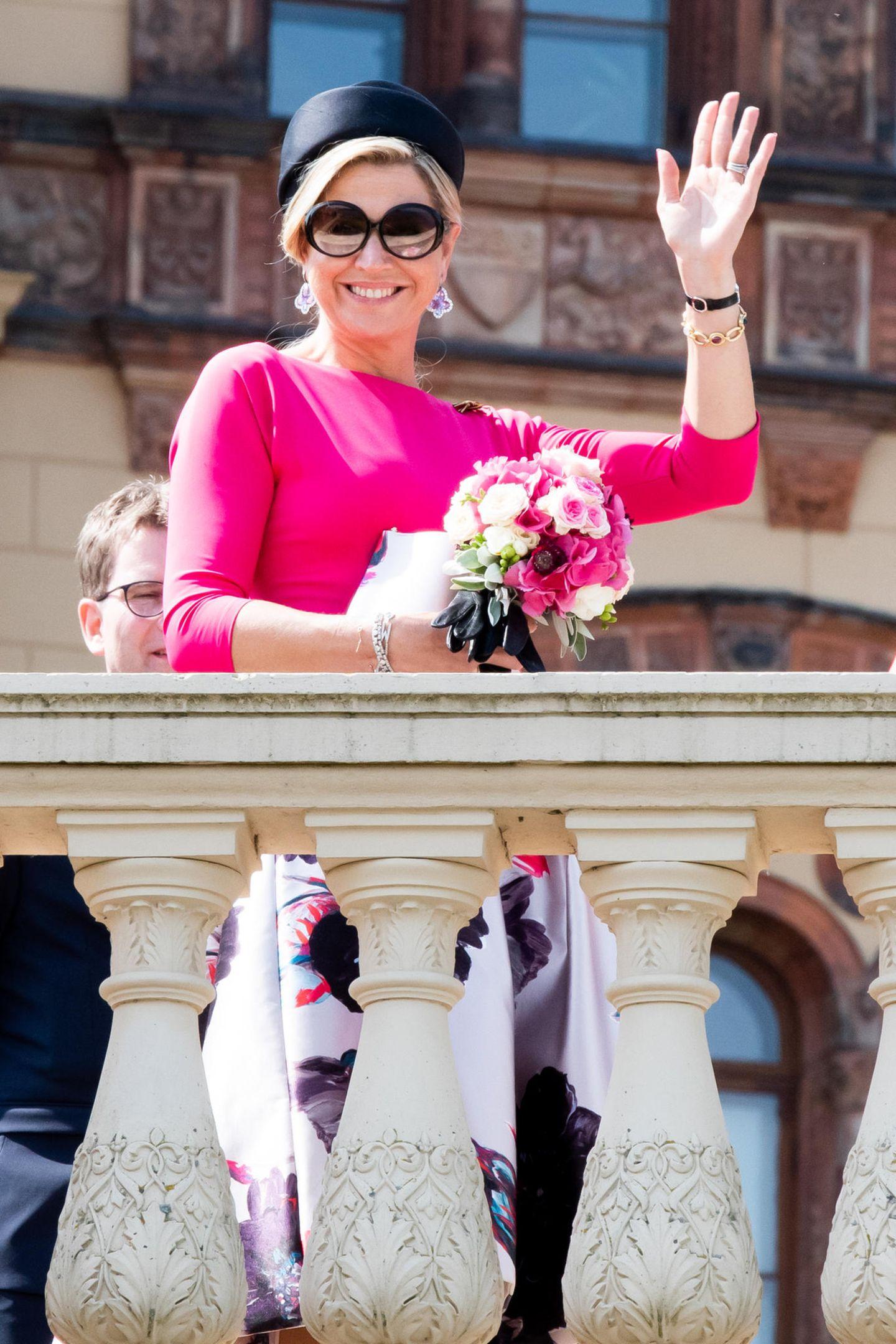 20. Mai 2019  Königin Máxima zeigt sich bei der Ankunft in Schweringut gelaunt und winkt der wartenden Menge herzlich zu.