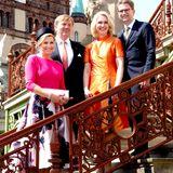 20. Mai 2019  Für offizielle Fotos lässt sich das Königspaar auch noch einmal zusammen mit dem Ehepaar Schwesig auf den Treppen vor dem Schloss ablichten.