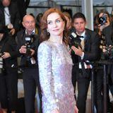 Glanz und Glitzer, soweit das Auge reicht. Isabelle Huppert begeistert auf dem roten Teppich ineinem XXL-Paillettenkleid von Armani Privee.