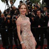 Topmodel Natialia Vodianova weiß einfach, was guter Stil ist. Neben einer hochgradig eleganten Robe von Atelier Versace umfasst der nämlich auch lässigesPosing.