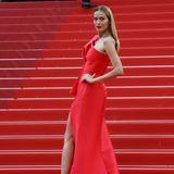 """Als """"Lady in Red"""" macht Petra Nemcova auf den zahlreichen Stufen der Filmfestspiele in Cannes auf sich aufmerksam."""