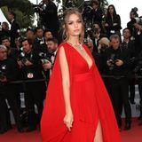 Model Josephine Skriver kombiniert zum roten Chiffon-Traumkleid funkelnde Pumps. Ein super Look mit Eyecather-Potenzial!