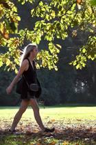 Frau im Herbstwetter - welche Hautpflege ist nötig?