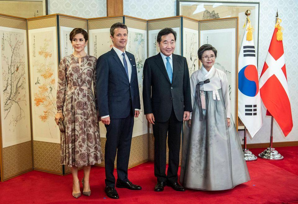 Prinzessin Mary und Prinz Frederiktreffen sichim Rahmen ihrer Wirtschaftsreise in Südkorea zumAbendessen mit dem Premierminister von Südkorea Lee Nak-yeon und dessen Ehefrau Kim Sook-hee in der Residenz in Seoul.