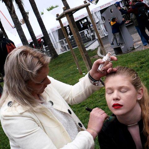 Model wird geschminkt - doch die Hautpflege vorher spielt eine Rolle beim Erfolg