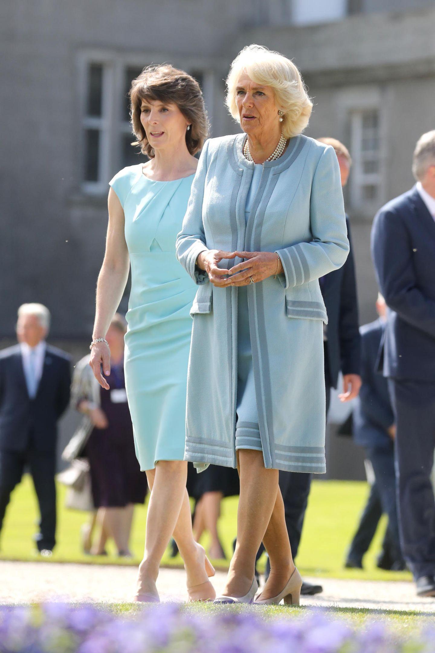 Bei ihrem zweitägigen Besuch in Irland setzt Herzogin Camilla auf elegante Pastellfarben und ihre geschätzten kragenlosen Mäntel. Eine gelungene Kombination!