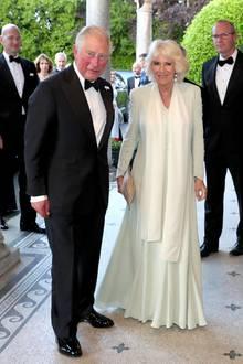 Zwei Menschen, ein Style: Prinz Charles und Herzogin Camilla sind nach all den gemeinsamen Jahren auch modisch eine stimmige Einheit geworden. Camillas bodenlanges Chiffonkleidin zartem Lindgrün besticht durch filigrane Stickereien.