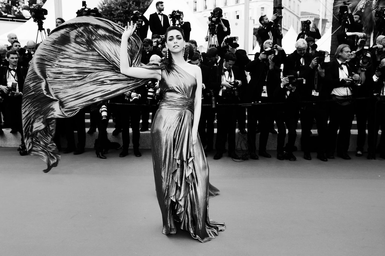 Miriam Leone setzt ihr aufwendiges Kleid für die Fotografen in die Szene.