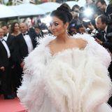 """Aishwarya Rai ist mit ihrem extravaganten Kleid der Hingucker bei der Filmvorführung von """"Le Belle Epoque""""."""