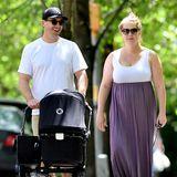 18. Mai 2019  Amy Schumer und Ehemann Chris Fischer genießen das gute Wetter in New York mit einem Spaziergang. Mit dabei: Sohnemann Gene Attell Fischer, der am 6. Mai 2019 zur Welt gekommen ist.