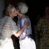 Zu ihrem Brautkleid kombiniert die Prinzessin eine funkelnde Tiara und nicht weniger funkelnde Ohrringe. Dieser Look kann locker mit denen der ganz großen Royals mithalten - wir sind verzückt und ihr Ehemann,der dänische Graf Michael Ahlefeld-Laurvig-Bille, mit Sicherheit auch. Es ist Alexandras zweite Ehe.