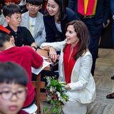 """Prinzessin Mary unterhält sichbei der Ausstellung im """"Seoul History Of Museum"""" mit den jungen Gästen."""
