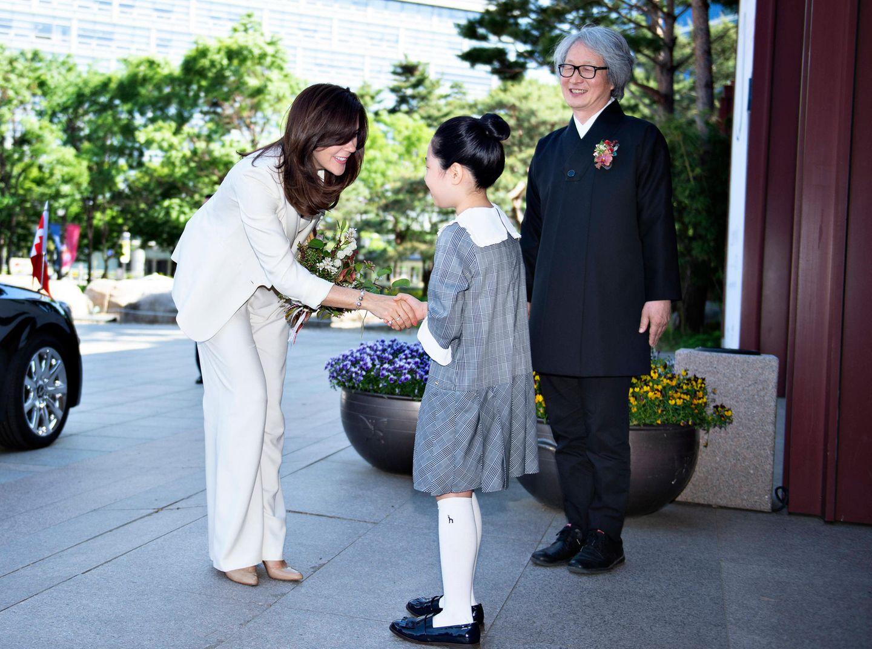 """Prinzessin Mary wird bei ihrer Ankunft zur Eröffnung der H.C. Andersen Ausstellung im """"Seoul History Of Museum"""" herzlich begrüßt."""