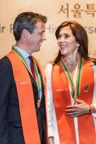 Und auch Prinz Frederik darf sich über die Auszeichnung zum Ehrenbürger der Stadt Seoul freuen. Die Freude darüber steht dem dänischen Kronprinzenpaar ins Gesicht geschrieben.