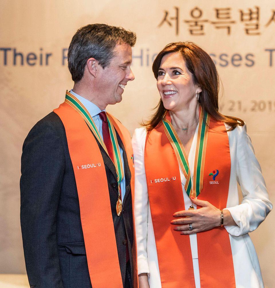 """Und auch Prinz Frederik darf sich über die Auszeichnung zum Ehrenbürger der Stadt Seoul freuen. In seiner charmanten Dankesrede machte er seiner Frau zusätzlich seine süße Liebeserklärung. """"Nun kann ich wahrlich sagen, dass ich ein Seoul-Man bin"""", sagt Frederik und deutet auf seine Frau. """"Und hier ist meine Seoul-Woman."""""""