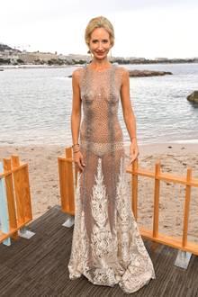 """Bei einer Dinnerparty trägt Lady Victoria Hervey ein komplett transparentes, bodenlanges Abendkleid mit feinen, funkelnden Applikationen. Darunter trägt sie nur ein hautfarbenes Höschen. Dieses """"Nacktkleid"""" zeigt sehr deutlich die extrem schlanke Figur von Victoria."""
