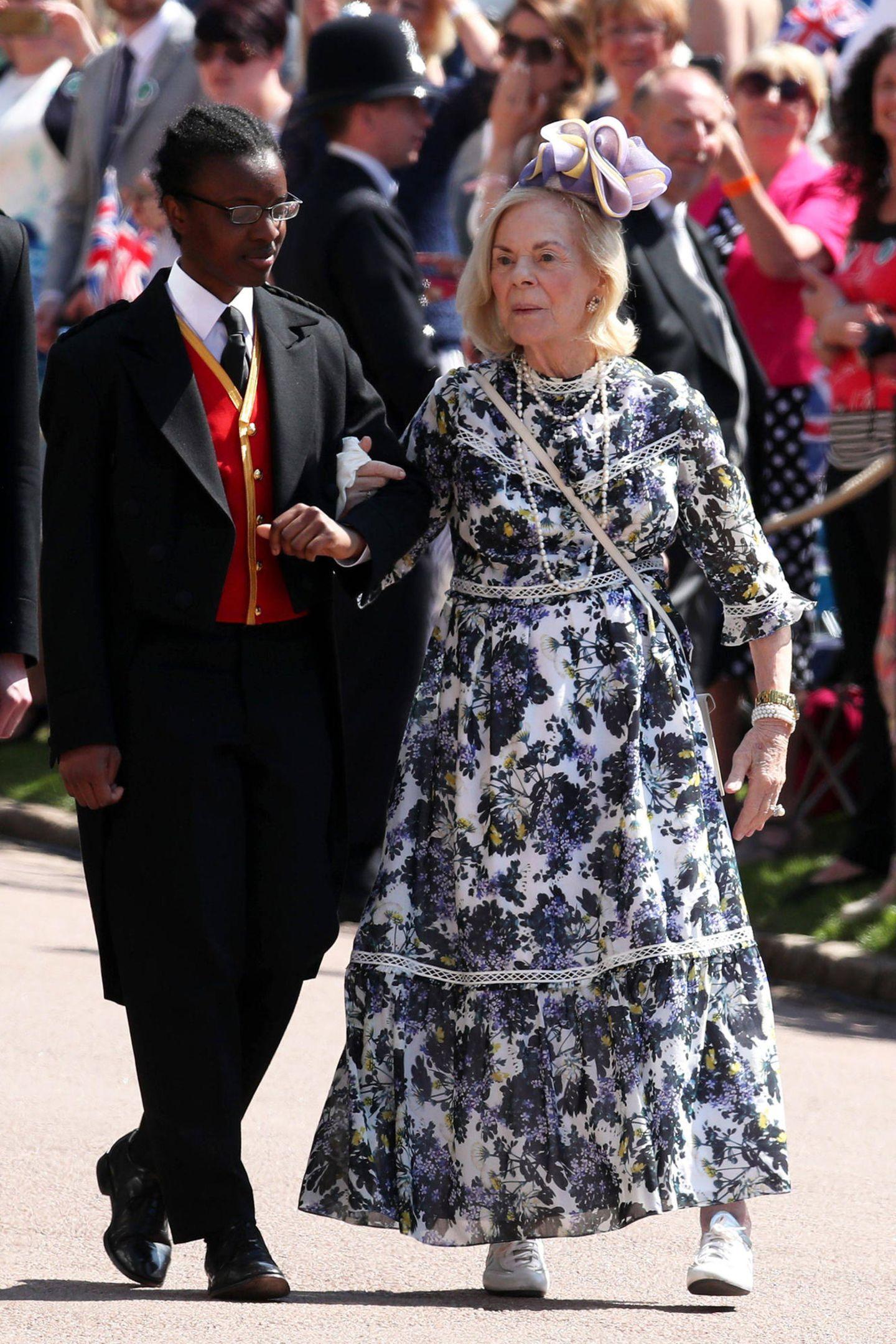 Katharine, Duchess of Kent, trug das Designerkleid bereits knapp ein Jahr vor Herzogin Catherine. Zur Hochzeit von Kates Schwager Prinz Harry und seiner Frau Herzogin Meghan kombinierte die 86-Jährige das Blumenkleid zu weißen Sneakern. Katharine ist die angeheiratete Ehefrau von Prinz Edward.