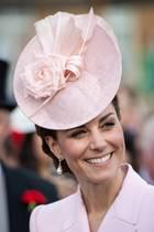 """Mit den zarten Perlen-Ohrringen schmückt sich Herzogin Catherine auch bei der Royal Garden Party 2019 im Buckingham Palace. Prinzessin Diana erhielt die """"Collingwood Pearl""""-Ohrringe wiederum kurz vor der Hochzeit mit Prinz Charles."""