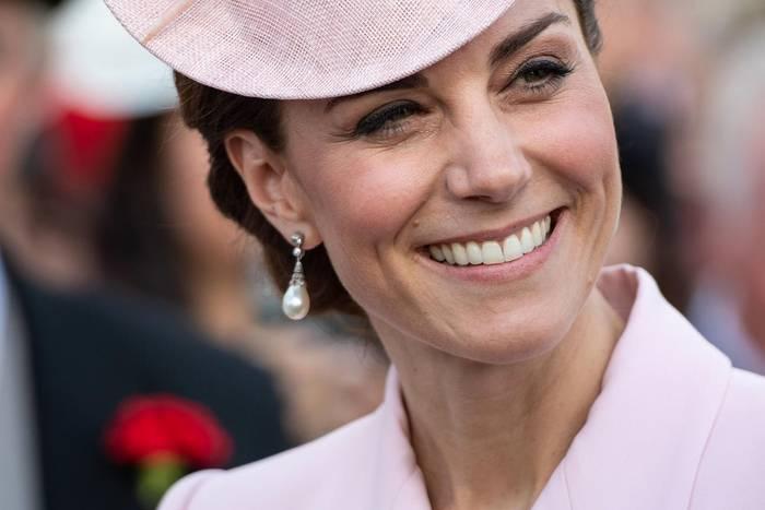 """Mit zarten Perlen-Ohrringen schmückt sich Herzogin Catherine bei der Royal Garden Party 2019 im Buckingham Palace – und die haben eine besondere Bedeutung. Denn die wunderschönen """"Collingwood Pearl""""-Ohrringe gehörten einst Prinzessin Diana, die sie wiederum kurz vor der Hochzeit mit Prinz Charles geschenkt bekommen hat."""