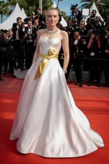 """Dakota Fanning hätte kein schöneres Kleid für den Red Carpet von """"Once Upon a Time in Hollywood"""" finden können. Ganz zart und traumhaft schön wirkt die Kreation von Armani Privé an ihr."""