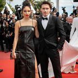 Elegant in Schwarz erscheinen Brooklyn Beckham und Hana Cross auf dem roten Teppich. Ihr moderner Twist: Hanas Kleid besteht aus Leder und hat einen hohen Beinschlitz.