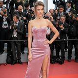 Josephine Skriver scheint in Cannes jeden Tag ein neues wundervolles Kleid aus ihrem Koffer zu holen. Bei der Premiere mit Brad und Leonardo erscheint sie in einem Glitzertraum vonPhilosophy Di Lorenzo Serafini.