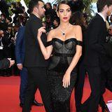Georgina Rodriguez, die Freundin von Cristiano Ronaldo, zieht alle Blicke auf sich und ihren Look. Ihren Bardot-Ausschnitt betont sie mit einer edlen Kette, die perfekt in ihr Dekolleté passt.