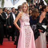 Sasha Luss hüllt sich in eine wunderschöne Kreation von Chanel, die unglaublich mädchenhaft entworfen wurde.