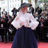 """Wer Elle Fanning auf dem roten Teppich entdeckt, dürfte sofort an Diors """"New Look"""" von 1947 denken. Tatsächlich hat sie das französische Label eingekleidet. Die Bluse und der Rock stammen allerdings aus der aktuellen Kollektion."""