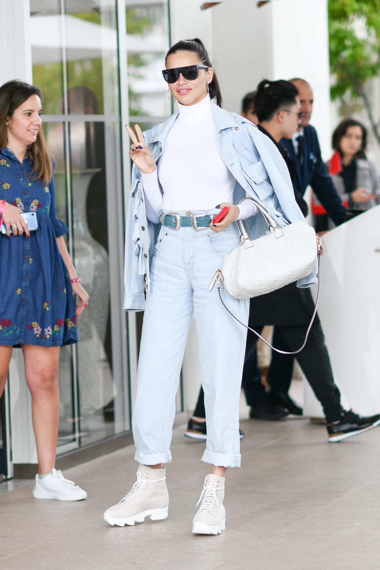 Lässig, lässiger, Adriana Lima. Das Model wählt für ihren Tag in Cannes einen hellen Denim-Look: Bequem und modisch in Einem.
