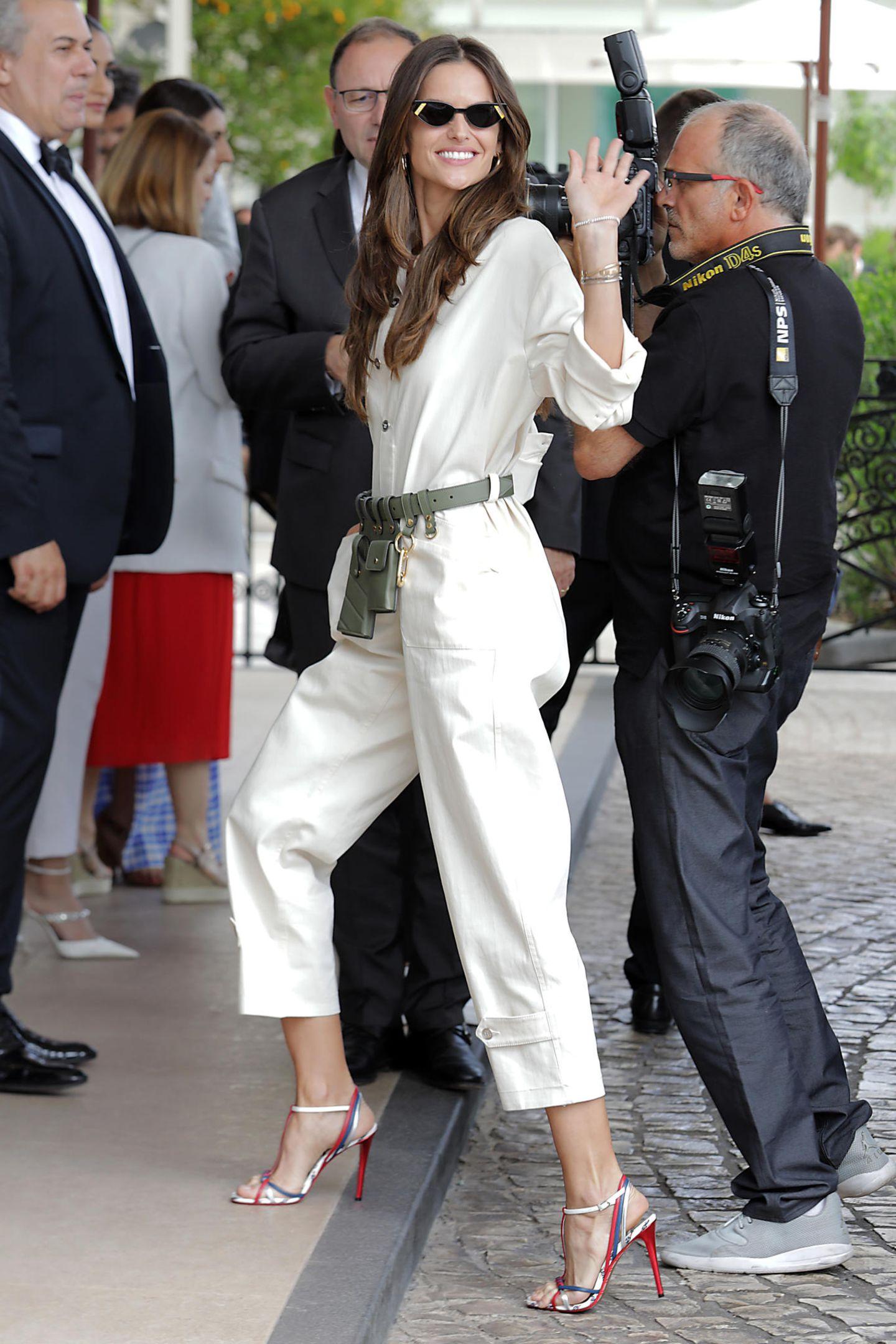Dieser Look ist eine glatte Zehn! Izabel Goulart beweist, dass frau schon mit einem Kleidungsstück perfekt angezogen ist. Die Gürteltasche bildet das I-Tüpfelchen zum hellen Overall.