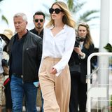 Das Model weiß aber auch weite Schnitte zu kombinieren: Zu einer Marlenehose trägt Doutzen eine helle Bluse. Ein minimalistischerLook, der perfekt funktioniert.