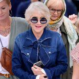 Sie ist seit Jahren im Filmgeschäft und weiß auch genau, wie man abseits des roten Teppichs Aufmerksamkeit auf sich zieht. Helen Mirren stolziert in einem grandiosen Look durch Cannes. Wir wissen gar nicht, was das größere Statement ist: die Brille oder die Schleife ihrer Bluse?