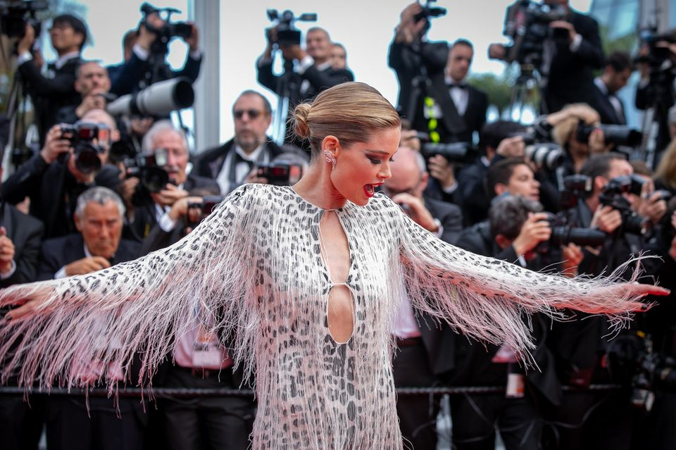 Model Doutzen Kroes präsentiert stolz ihr außergewöhnliches Kleid.