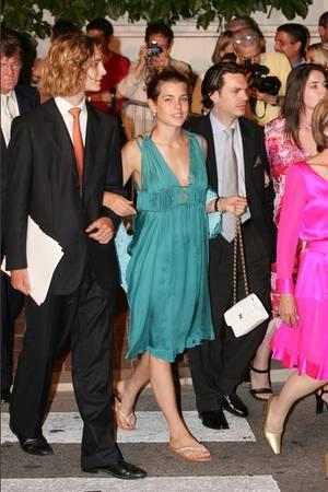 Schon 2005, nach der Amtseinführung ihres Onkels Fürst Albert, trug Charlotte Casiraghi das grüne Seidenkleid von Alberta Ferretti.