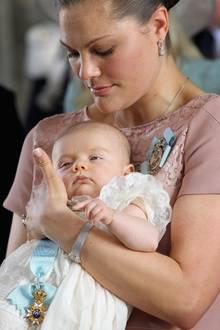 Zärtlich hält die Kronprinzessin ihre kleine Tochter.