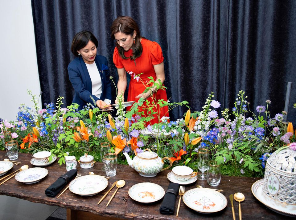 """Prinzessin Mary besucht den """"Royal Copenhagen Popup-Store""""in Seoul und begutachtet interessiert die Ausstellungsstücke."""