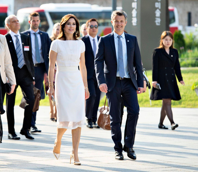 """Eine Eröffnungsfeier jagt die nächste: Prinzessin Mary und Prinz Frederik sind auf dem Weg zurEröffnung der """"Asger Jorn""""-Ausstellung im National Museum of Modern and Contemporary Art in Seoul."""