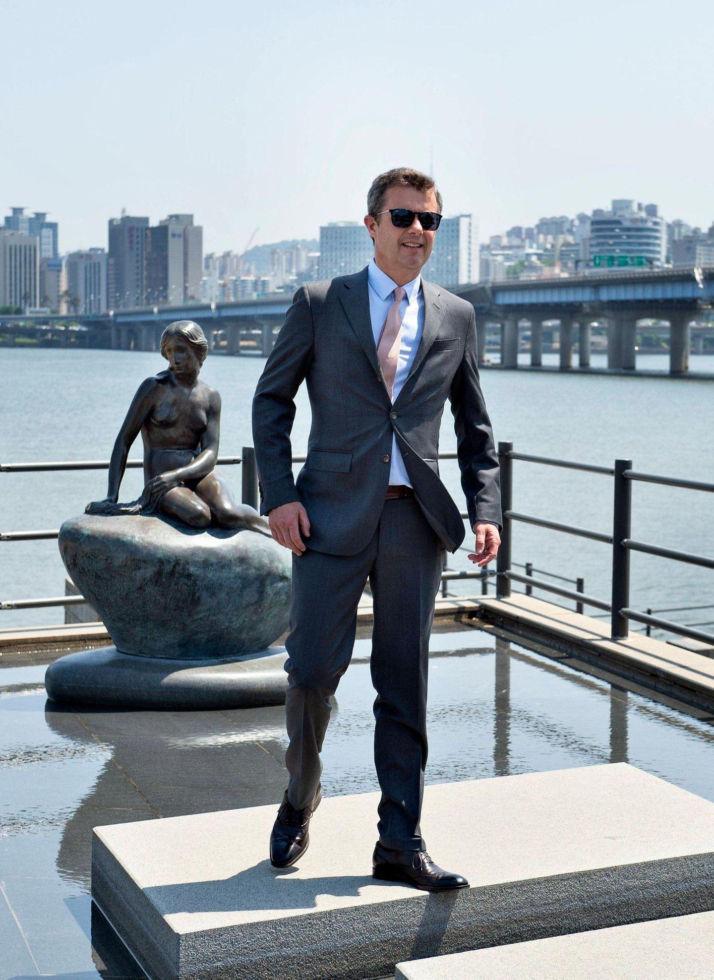 """Prinz Frederik besucht derweil die Statue """"Die Kleine Meerjungfrau"""" in Seoul."""