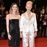 Bei den Filmfestspielen in Cannes wird Tilda Swinton von ihrer schönen Tochter Honor Byrne auf den roten Teppich begleitet. Hand in Hand posieren sie für die Fotografen – ein Blitzlichtgewitter, an das sich Honor langsam gewöhnen muss ...