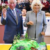"""Mh, lecker! Bei ihrem zweitägigen Irlandbesuch dürfen Prinz Charles und Herzogin Camilla einen grünen """"Insel-Kuchen"""" mit kunstvollenDetails anschneiden."""